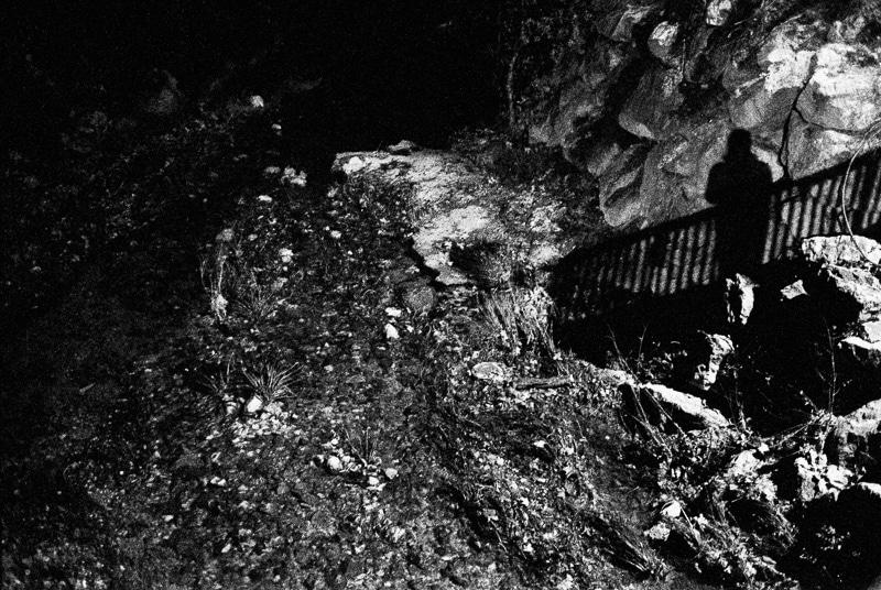 Photographie en noir & blanc d'une ombre réalisée la nuit par gilles picarel pour la série Refuge à Montpellier
