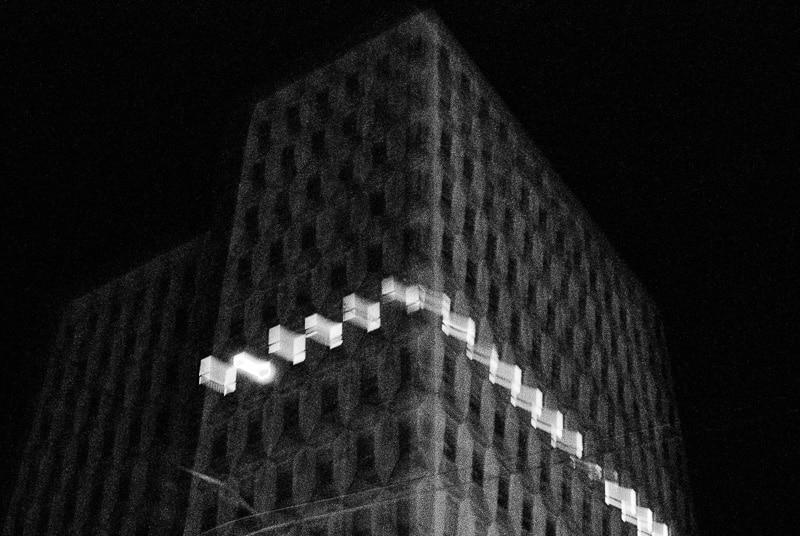 Photographie en noir & blanc floue d'un immeuble réalisée par gilles picarel pour la série Refuge à Montpellier